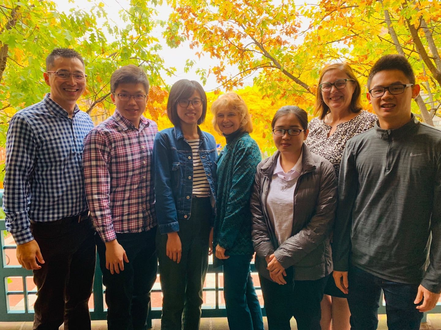 The four CTBC seniors studying at Wharton of Upenn, Liu (second from the left), Li (third from the left), Tsai (first of right), and Chen (thrid from right), taking photos with Wharton faculty in Upenn Campus