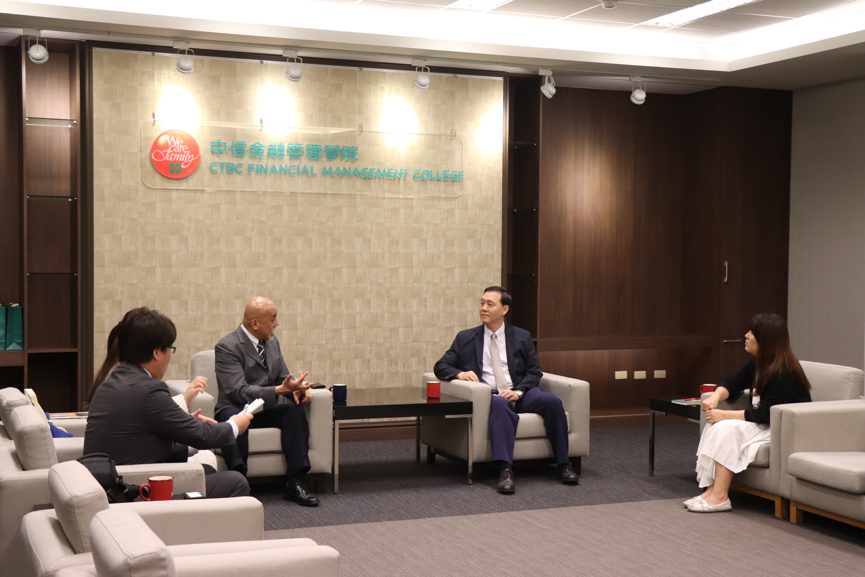 Professor Shinichi Yasuda (middle left), vice president of TAMA University and President Kuang-Hsun Shih of CTBC Business School were discussing the direction of future collaboration
